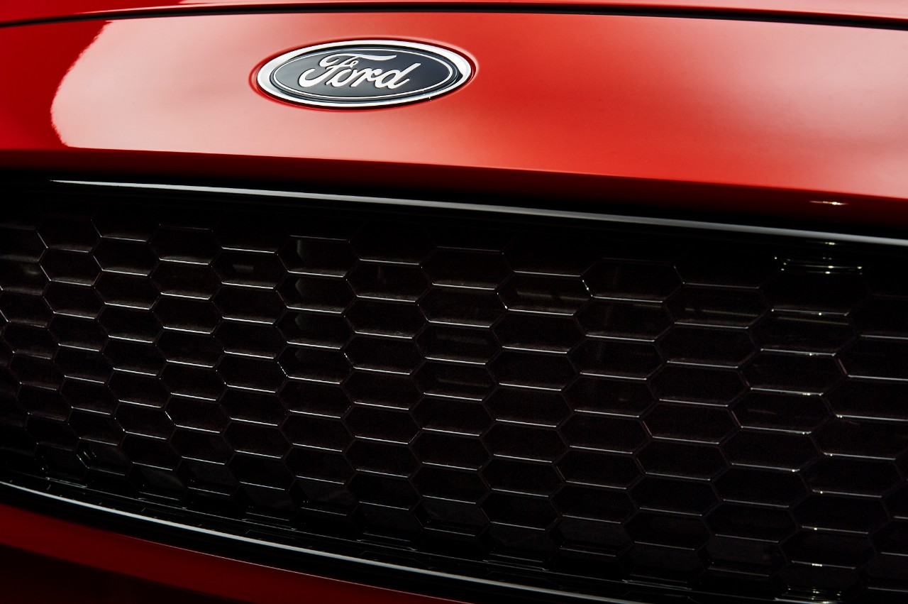 2015.10.26_Cars_FORD_FOCUS_RB_grille_red